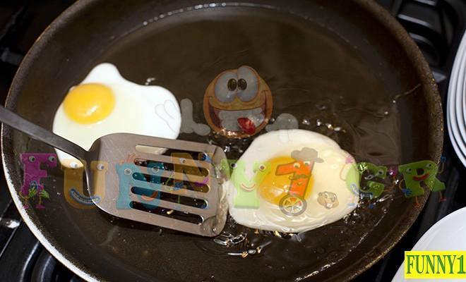 Ανέκδοτο: Κυριακάτικο πρωινό στην κουζίνα και η σύζυγος τηγανίζει αυγά…